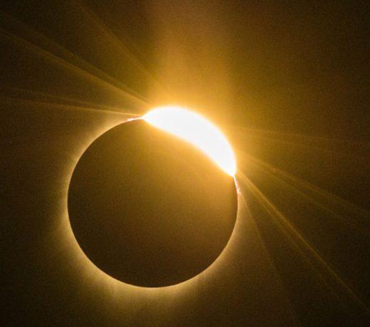 आ रहा है चंद्र ग्रहण: इन राशियों को होती है परेशानी, बचने के लिए करें ये काम